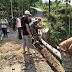 Jembatan Rusak, Babinsa Koramil Cimanggu Turun Bantu Warga Perbaikinya