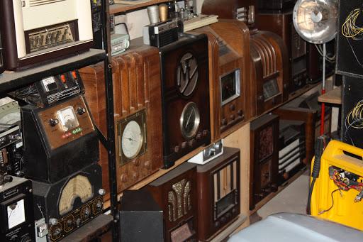Naast historische radio's bezit Louis ook een bonte verzameling antieke meettoestellen.