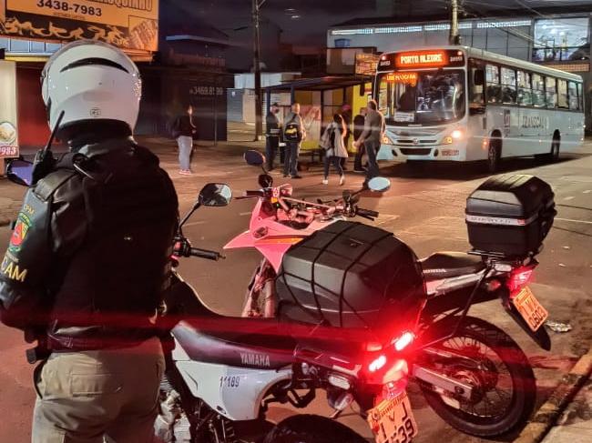 CACHOEIRINHA | Brigada Militar realiza patrulhamento ostensivo nas paradas de ônibus