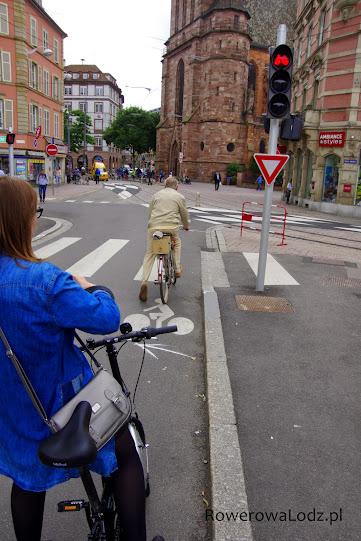 Dedykowana rowerom sygnalizacja świetlna oraz znaki.