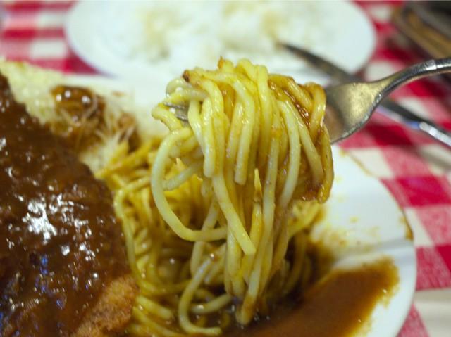 カレー味スパゲッティーをフォークで持ち上げてみた