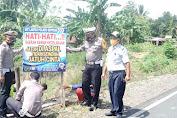 Sat Lantas Polres Soppeng Bersama Dishub Pasang Spanduk Himbauan di Daerah Rawan Laka