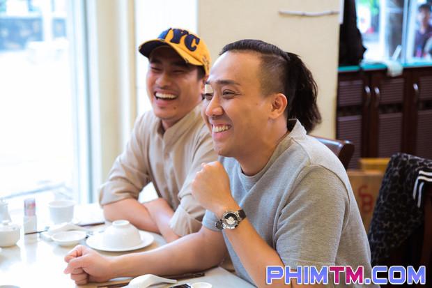 Trấn Thành tạo nét cùng Kiều Minh Tuấn trên phim trường Nắng 2 - Ảnh 7.