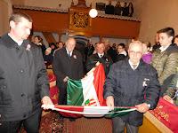 19 A presbitérium tagjai behozzák a magyar zászlót.JPG