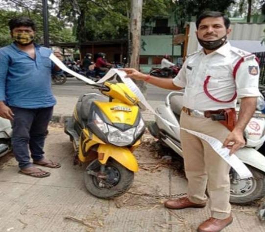 बिना हेलमेट के स्कूटर चला रहे व्यक्ति पर 42000 रुपये का लगा जुर्माना,जानिए पूरा मामला