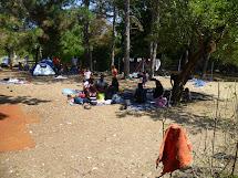 Někteří míří do uprchlického centra v Preševu, kde se mohou zaregistrovat a jednu noc přespat. Většinou nocují pod širým nebem nebo ve stanech, které si sami přinesou. (Foto: Emanuela Macková, ČvT)