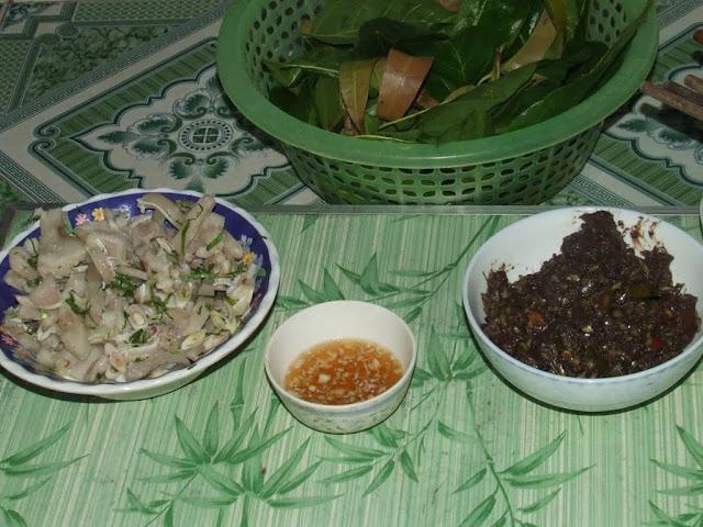 Pork ears, fish sauce, mango and other leaves, dog meat / Disznófül, halszósz, mangó és másfajta levél, kutyahús