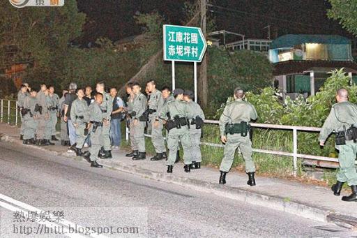 大批警員進入赤泥坪村(舊稱赤坭坪)搜捕綁匪。(楊日權攝)