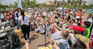 El escenario estuvo toda la mañana rodeado de niños y adultos que disfrutaron de la música.
