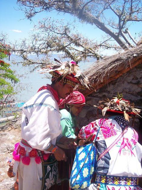 Ceremonia de Xicuri Neira con los hermanos Wixarikas (huicholes) - 29333_112392498795790_100000751222696_76186_7728940_n%255B1%255D.jpg