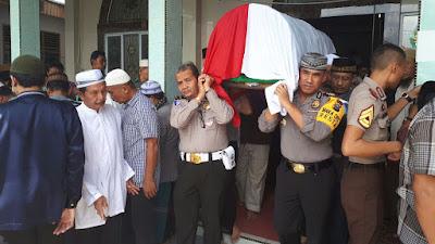 """""""Polri Berduka, Polisi Ini Ikut Memikul Jenazah dan Membantu Gali Kuburan."""