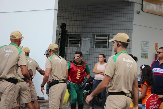 Em Piripiri homem fantasiado de Robin tenta pegar na tocha e se dá mal