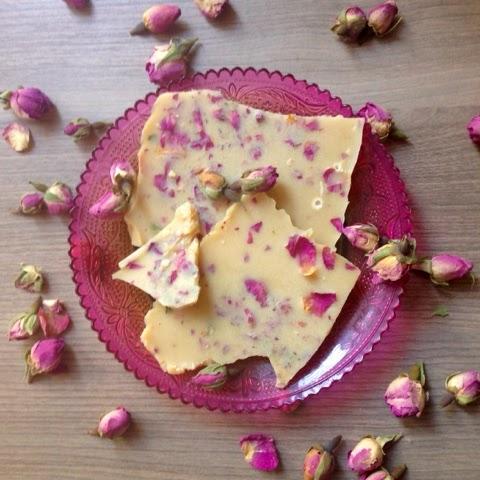 peace joy and eggcake wei e schokolade mit rosenbl ten vegan laktosefrei ohne zucker. Black Bedroom Furniture Sets. Home Design Ideas