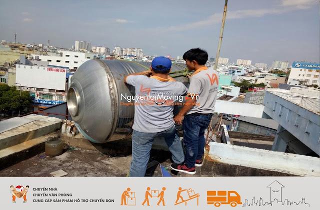 Nhân viên của NguyenloiMoving đang chuyển nhà trọn gói cho khách hàng