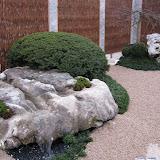 Garten in Zug Gletschersteinbrunnen mit Weidenwänden und Granit