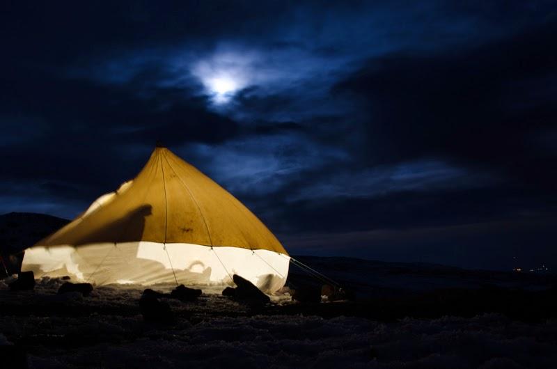 Seara la -13 grade si vant de 70  km la ora, cortul de bucatarie pare o vela a unei corabii