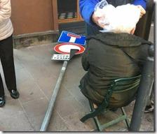 Anziana colpita da palo della segnaletica stradale