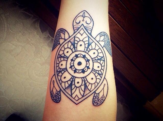 Mandala desenhos de tatuagem pode ser misturar com outra tatuagem desenhos como este, este , um desenho de tatuagem de mandala e formada com o uso de uma tartaruga forma o projeto da tatuagem