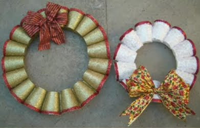 Manualidad Navidena Corona De Navidad Con Vasos De Plastico Mujer 20 - Arbol-de-navidad-con-vasos-de-plastico