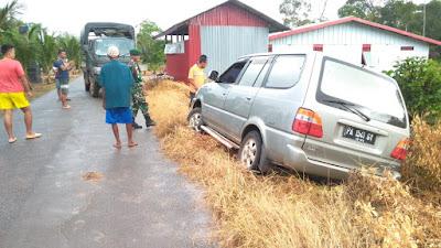 Sigap, Anggota Satgas Yonif 411 Kostrad Evakuasi Mobil Tergelincir