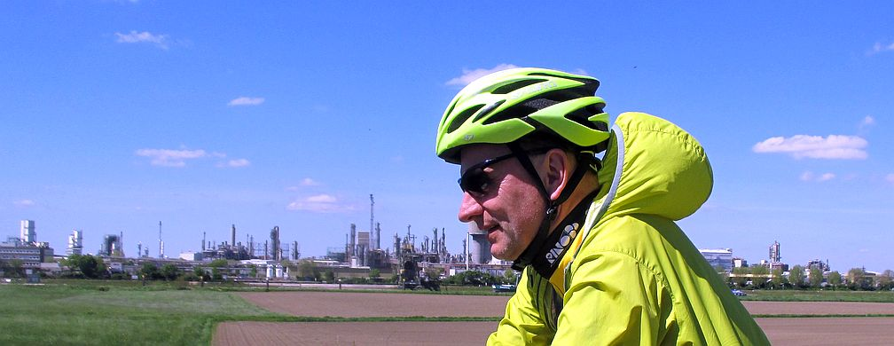 Chris on the Bike vor der Skyline von BASF Ludwigshafen