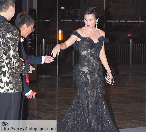上周六( 2日),趙式芝穿上鄭兆良設計的晚裝去慈善晚宴,入場前主動拖實「太太」楊如芯,表現恩愛,不過見記者便急步進場。