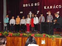 27  Hosszúszó - Lóczy Tibor egyházi, karácsonyi énekeket kísér a gyerekek előadásában.jpg