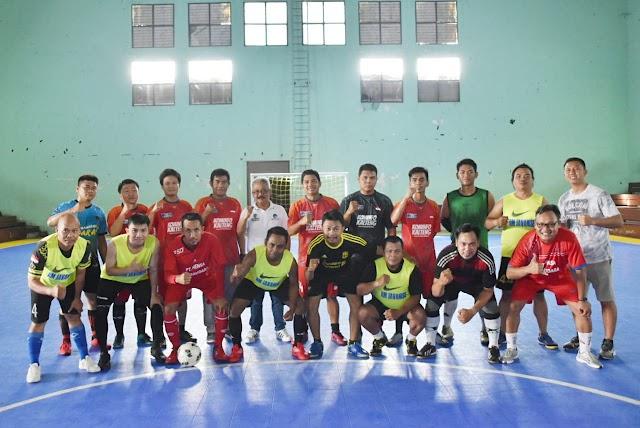 Support Tim Futsal Porwanas, Diskominfo Kalteng Serahkan Jersey