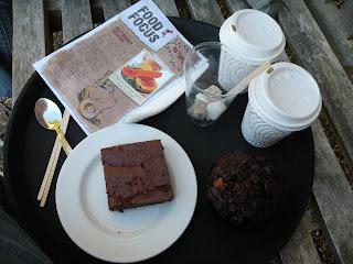 Два кофе Латтэ, пирожное Брауни и школоданый маффин
