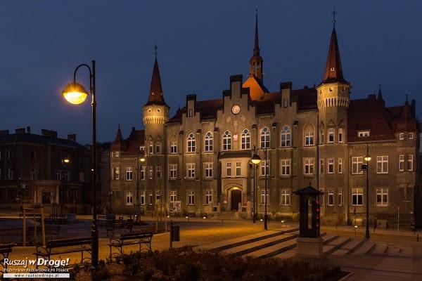 Ratusz w Wałbrzychu przy Placu Magistrackim nocą
