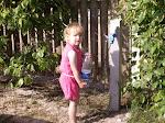 Caroline henter vand
