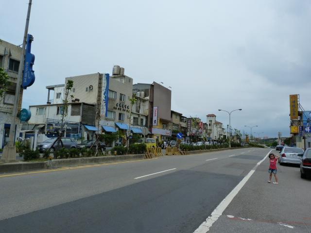 SAN JIH et derrière les habitations,la mer
