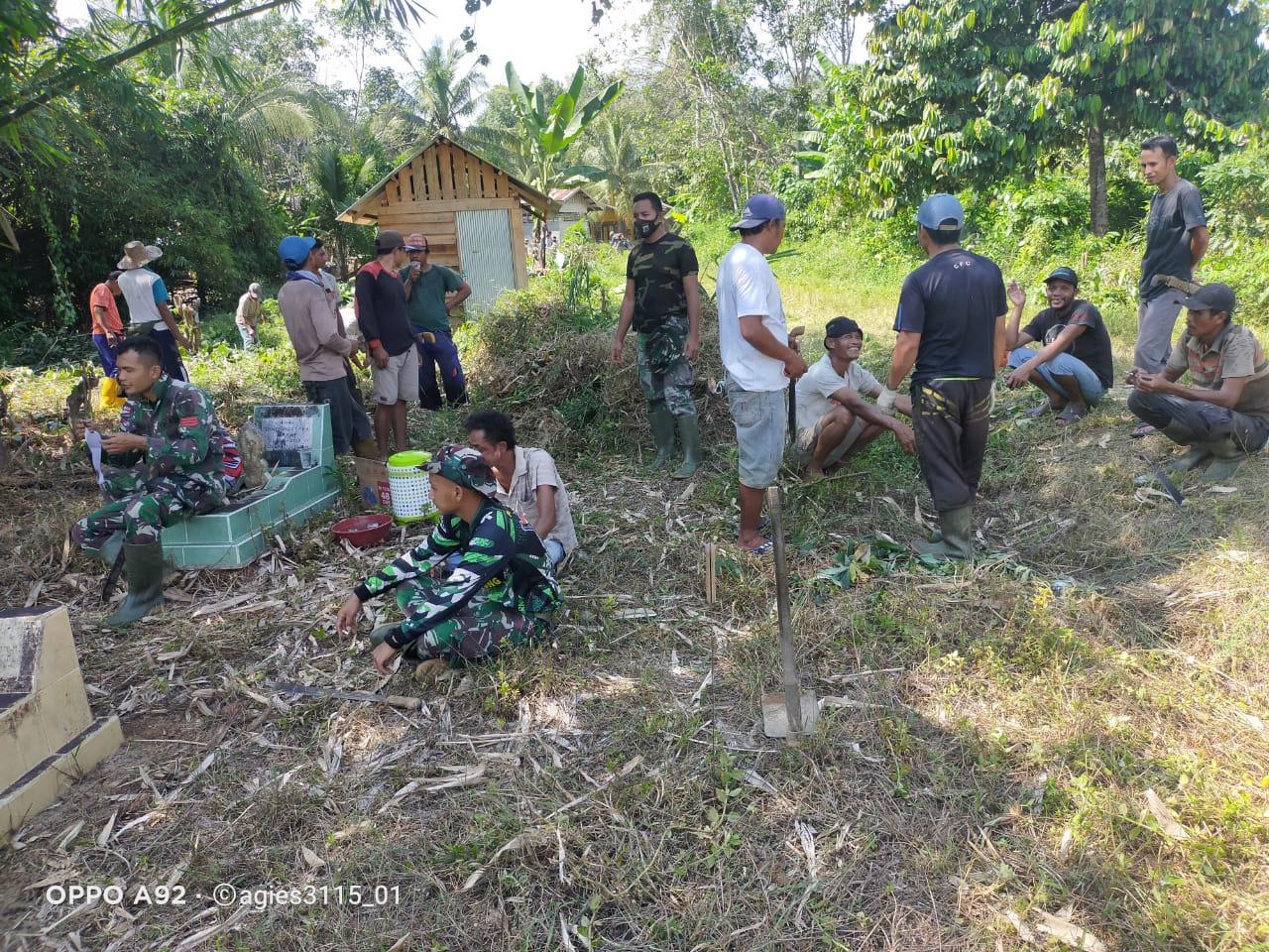 Satgas TMMD ke 110 Kodim 1008/TJG Bersama Warga Gotong Royong Bersihkan TPU