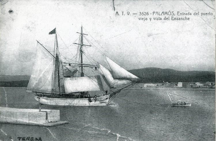 Polacra goleta TERESA, entrando en Palamos a remolque de su bote de servicio. Foto del libro Veles al Port. Homenatge a Lluis Collell.jpg