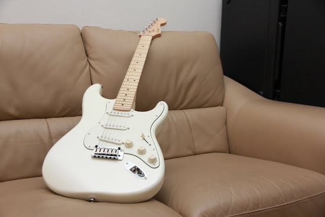 squier deluxe stratocaster pearl white. Black Bedroom Furniture Sets. Home Design Ideas