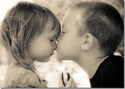 niños besandose (4)