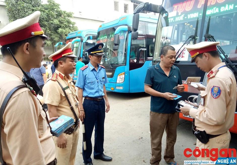 Đội Cảnh sát Giao thông Công an TX Thái Hòa và lực lượng chức năng phối hợp kiểm tra, tuyên truyền pháp luật về trật tự ATGT đối với tài xế xe khách