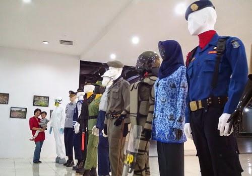 Seragam para pegawai Pemkot Surabaya