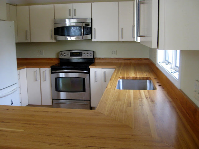 Please post photos--off white/cream cabinets and black appliances ...