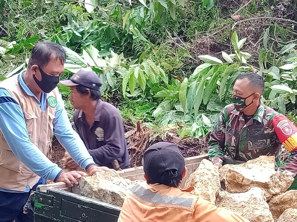 Semangat Gotong Royong, Babinsa Sebulu Bersama Warga Desa Perbaiki Jalan