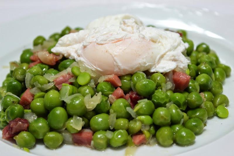 guisantes frescos con huevos escalfados y jam n un