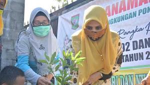 Peduli Lingkungan,  Hj.Elliya HM.Lutfi Bagikan Bibit Pohon di Tiga Pondok Pesantren di Kota Bima.