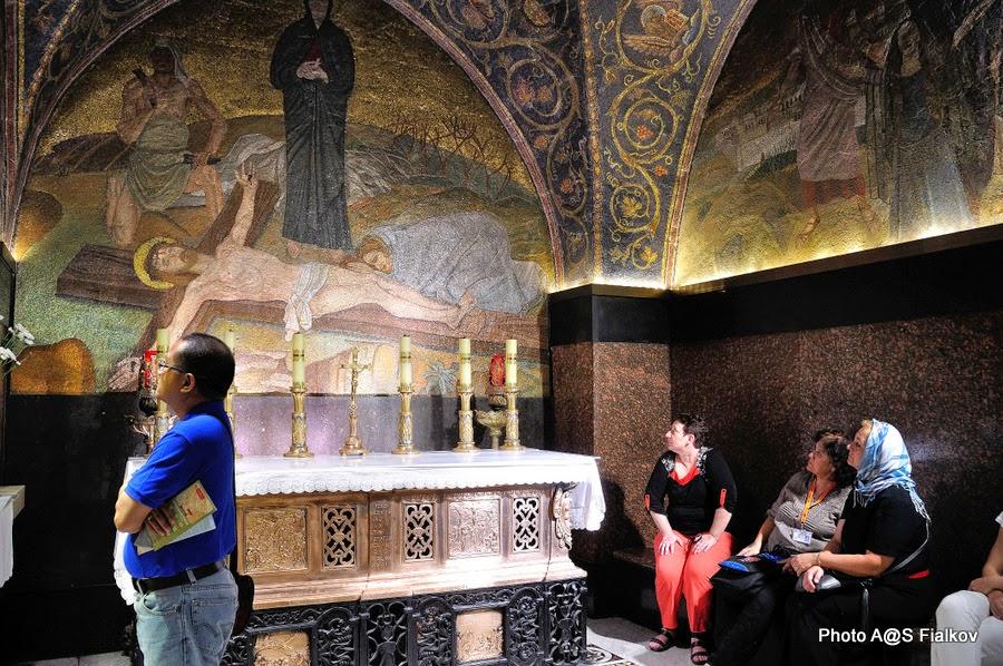 Голгофа, фреска Прибитие к Кресту, Храм Гроба Господня.  Экскурсия по Иерусалиму. Гид в Израиле Светлана Фиалкова.
