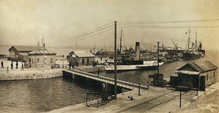 Ca. 1930. Los buques ya pintados de blanco y pertenecientes a la empresa Naviera de la Punta Europa. Probablemente el ELVIRA.JPG