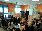 Los abuelos hortelanos:Los alumnos/as de 5años escuchan las explicaciones de los expertos hortelanos para aprender a cuidadar el huerto escolar