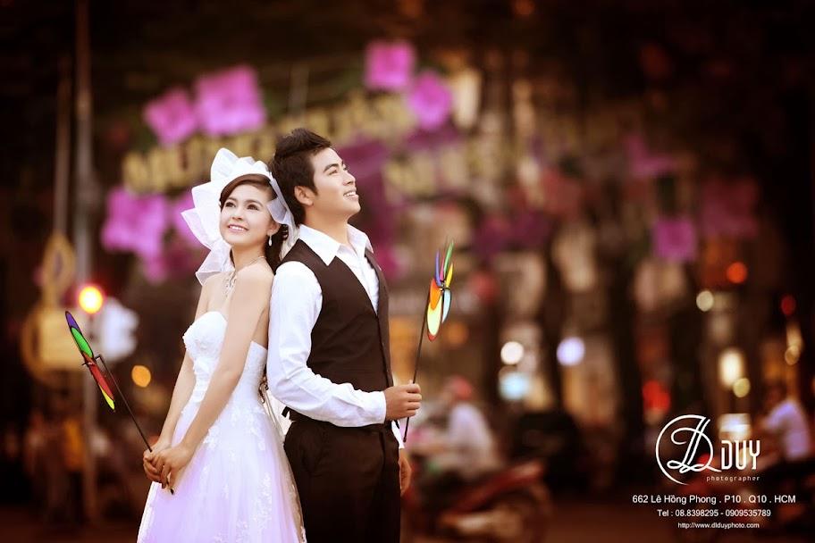 Khung cảnh lãng mạng giữa phố xuân trong album hình cưới đẹp dịu dàng sắc xuân