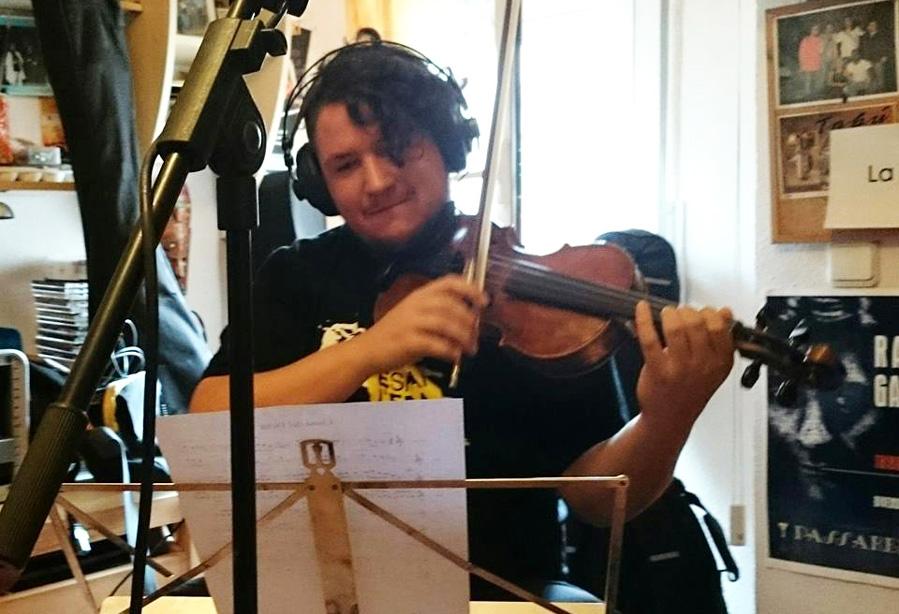elias tocant el violí al seu estudi de grabacio personal