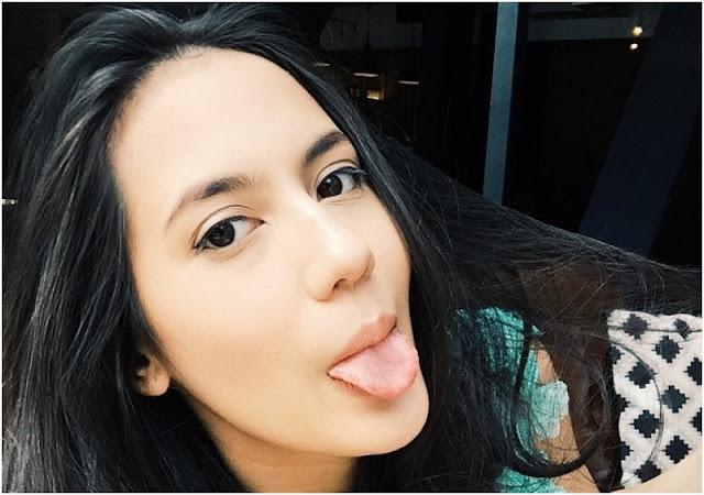 selfie menjulurkan lidah wanita