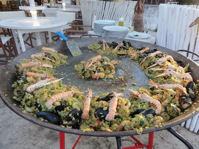 Et stort fat med ris, blåskjell og kreps dandert i en sirkel.