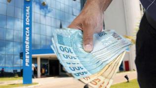 Governo deve antecipar 13º do INSS e abono salarial
